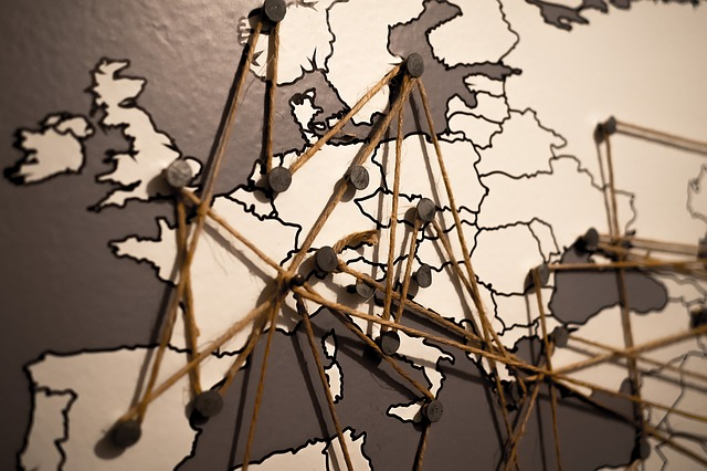 Mapa de Europa enlazado con una cuerda que simboliza el entramado de las exportaciones